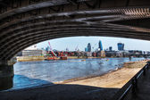 View under the Blackfriars railway bridge over the river Thames in London, UK — Foto Stock