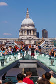 Millennium Bridge and St. Pauls Cathedral in London, Germany — Stock Photo