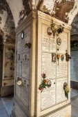 Archway with graves on the Cimitero Monumentale in Milan, Italy — Stock Photo