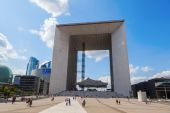 Grande Arche in the financial district La Defense in Paris, France — Stock Photo