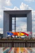 Vue de la Grande Arche, dans le quartier financier de La défense à Paris, France — Photo