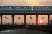 Metro crossing the Seine Bridge Bir Hakeim in Paris, France, at sunset — Стоковое фото