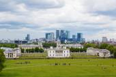 View from Greenwich Hill to Queens House with the skyline of Canary Wharf behind — Stock Photo