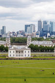 Queen's House in Greenwich with the skyscrapers of Canary Wharf in the background — Stock Photo