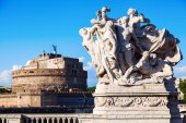 Old bridge sculpture with the famous Castel Sant Angelo in Rome, Italy — Stock Photo