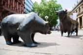 Statues of the two symbolic beasts of finance, the bear and the bull, in front of the Frankfurt Stock Exchange — Stock Photo