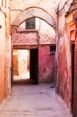 Typical red colored alley in the UNESCO protected medina of Marrakech, Morocco — Stock Photo