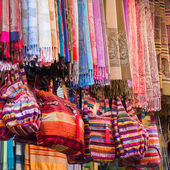 Colorful textiles and bags on a bazaar in Marrakech, Morocco — Zdjęcie stockowe