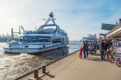 Excursion boat at the St. Pauli Piers in Hamburg, Germany — Stok fotoğraf