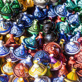 Colorful earthen vessels on a market stall in the souks of Marrakech, Morocco — Stock Photo