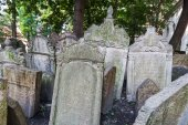 Antique tombstones on Old Jewish Cemetery in the Jewish Quarter in Prague, Czechia — Stockfoto