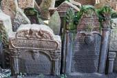 Antique tombstones on Old Jewish Cemetery in the Jewish Quarter in Prague, Czechia — Foto de Stock