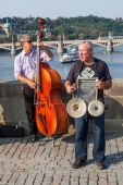 Street musicians on the famous Charles Bridge in Prague, Czechia — Stockfoto