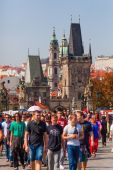 Crowd of tourists on the Charles Bridge in Prague, Czechia — Stockfoto