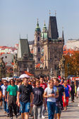 Crowd of tourists on the Charles Bridge in Prague, Czechia — Foto Stock