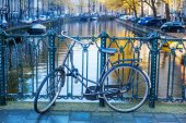 Bicycle leaning at a handrail of a canal bridge in Amsterdam, Netherlands — Stock fotografie