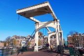 Traditional drawbridge in Amsterdam, Netherlands — Stock Photo