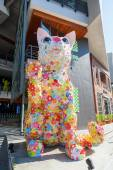 Cat statue in front of the Hello Kitty house at the Siam Square in Bangkok, Thailand — Stock Photo