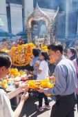 People at the Erawan Shrine in Bangkok, Thailand — Zdjęcie stockowe
