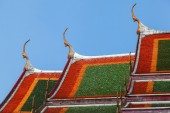 Roofs of a typical Buddhist temple in Bangkok, Thailand — Foto Stock