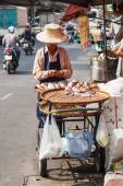 Street scene with a roadside cook shop in Chinatown, Bangkok — Stock Photo