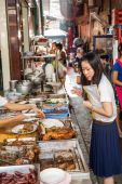 Women at a typical roadside cook shop in Chinatown, Bangkok, Thailand — Photo