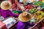 On the floating market Damnoen Saduak in Thailand — Stock Photo