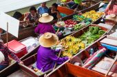 On the floating market Damnoen Saduak in Thailand — Stock Photo