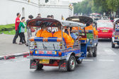 Thai monks going by tuk tuk in Bangkok, Thailand — Stock Photo