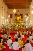 Prayers in the temple Wat Mahathat in Bangkok, Thailand — Stock Photo