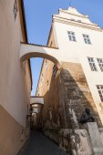 Picturesque alley with arches in the Lesser Town of Prague, Czechia — 图库照片