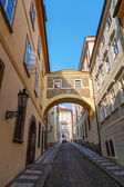 Picturesque alley with arches in the Lesser Town of Prague, Czechia — Stock Photo