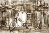 Vintage style picture of a bicycle on a canal bridge in Amsterdam, Netherlands — Zdjęcie stockowe