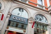 Guess store with a Sophia Loren look alike model picture in Milan, Italy. — Stock Photo