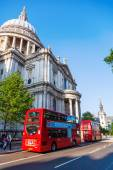 Traditional red double decker busses at the famous St. Pauls Cathedral in London, UK — Stock Photo