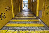 Dark alley with yellow stripes in the city of Rotterdam — Foto Stock