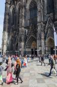 Crowd of people on the move in front of the famous Cologne Cathedral in Cologne, Germany — Zdjęcie stockowe