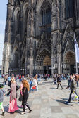 Crowd of people on the move in front of the famous Cologne Cathedral in Cologne, Germany — Stock Photo