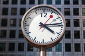 Clock sculpture in the Canary Wharf district of London, UK — Stock Photo