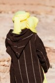Traditional clothed Tuareg from backside — Stock Photo