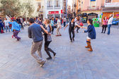 Dancing people on a square in the old town of Valencia, Spain — Zdjęcie stockowe