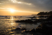 Summer sunset at the rocky beach in front of 6-star beach front hotel for a perfect hide away holidays alone or even better with family who can enjoy outdoor activities, seafood and unforgettable stay — Stock Photo