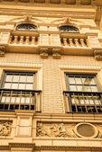 Exhibiciones de la tienda exquisita construcción exterior en decoración Europea y arquitecto con ventana de vacaciones diferentes temas que se muestra en los clientes que en su mayoría son caminantes de calles en barrio zona comercial — Foto de Stock
