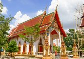 Thai Buddhist temple and a monk — Stock Photo