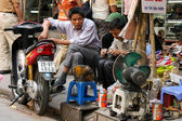 Vietnam, Street cobbler — Stock Photo