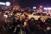 Street scene at night in central Ho Chi Minh City — Stock Photo