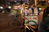 A street vendor selling ice-creams — Stock Photo