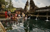 Cleansing ceremony, Bali Temple — Stock Photo
