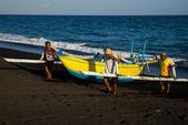 Bali fishermen return from sea — Stock Photo