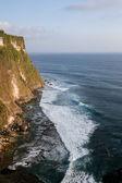 Paisaje marino, cliff y océano en uluwatu, isla de bali — Foto de Stock